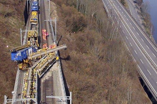 Es müssen gewaltige Kräfte im Spiel gewesen sein: Gesamtaufnahmen auf der Bahnstrecke zwischen Immensee und Goldau zeigen ein Bild der Zerstörung. (Bild: Helinews.ch)