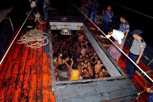 22. Mai: Auch in Südostasien machen Bootsflüchtlinge von sich reden. Tausende Rohingya, eine muslimische Minderheit, die in Myanmar diskriminiert und verfolgt wird, treiben in Holzbooten im Indischen Ozean. (Bild: Myanmar Information Ministerium)