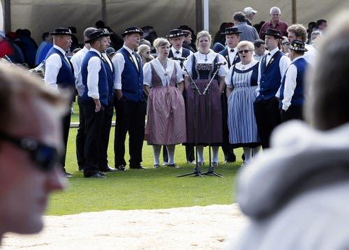 Zum sportlichen Braucvhtum gesellt sich das musikalische: Mit dem Jodelclub Walchwil. (Bild: Werner Schelbert / Neue ZZ)