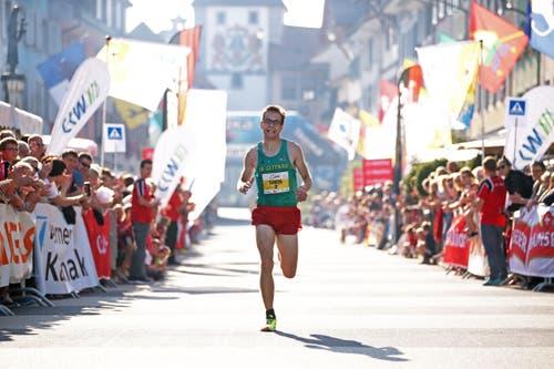 Simon Schüpbach läuft auf Rang 1. (Bild: Philipp Schmidli / Luzerner Zeitung)