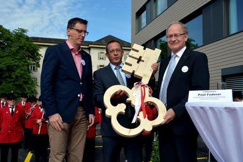 Architekt Christoph Käch übergibt dem Obwaldner Landammann Paul Federer und dem Finanzdirektor Hans Wallimann den symbolischen Schlüssel zum neuen Spital. (Bild: Romano Cuonz / Neue OZ)