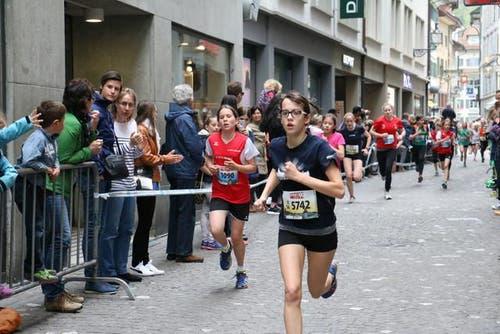 Mädchen der Kategorien U14, U16 und U18 am Luzerner Stadtlauf. (Bild: Ramona Geiger / luzernerzeitung.ch)