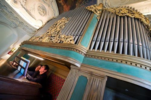 Katja Lassauer und Markus Weber bereiten sich auf ihr gemeinsames Orgelkonzert vor. (Bild: Dominik Wunderli / Neue LZ)