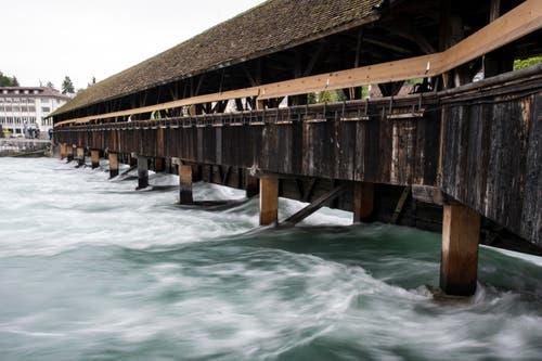 Holzbrücke in Thun: Die Schleusen sind ganz offen. (Bild: Keystone)