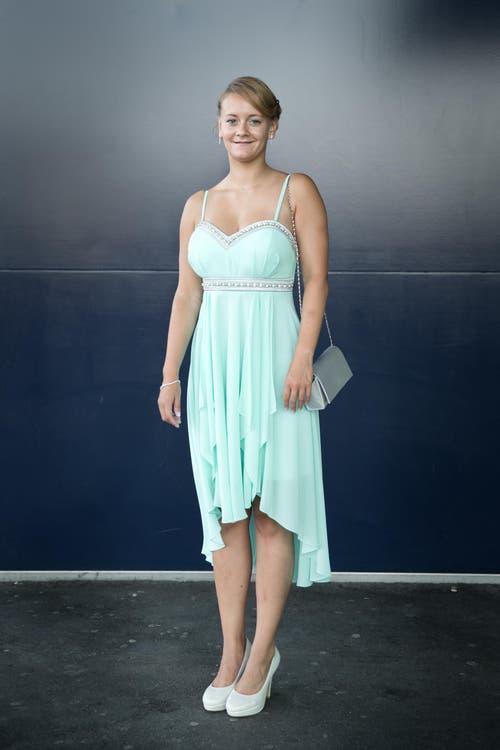 Tanja Wiederkehr, 19, KV, Ballwil: «Das Kleid habe ich extra bei Brautmode Wicki gekauft, ich werde es auch sonst wieder mal tragen, schliesslich hat es mit Anpassungen ca. 250 Franken gekostet. Ich lache immer, das ist mein Markenzeichen und ich würde nie einen langen Jeansrock tragen.» (Bild: Neue LZ / Manuela Jans)