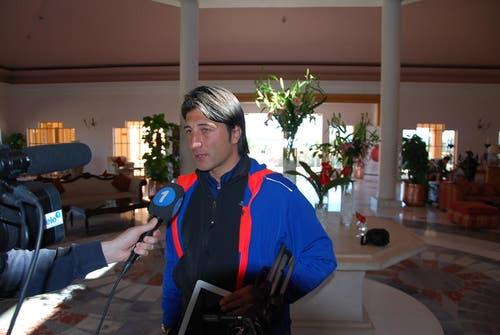 Auch im fernen Ägypten muss Trainer Murat Yakin den Reportern Red und Antwort stehen. (Bild: Daniel Wyrsch/Neue LZ)