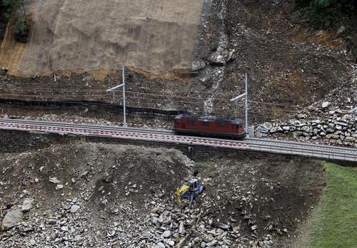 Zweimal 170 Meter Schienen wurden samt dem Schotterbett komplett ausgetauscht. Zudem mussten vier neue Mastfundamente betoniert und die Fahrleitungen erneuert werden. (Bild: Keystone)