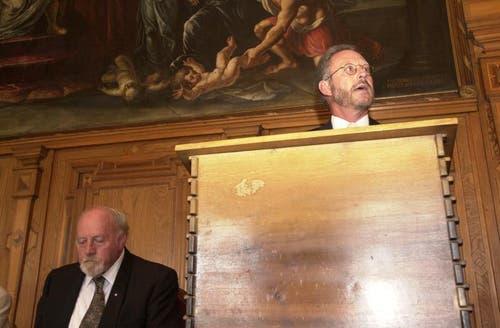 An der ersten Sitzung im neuen Rathaussaal von Luzern am 1. September 2000. Ratspräsident Brauchli häIt eine Rede, neben ihm der damalige Alterspräsident Bürgi. (Bild: Archiv / Neue LZ)