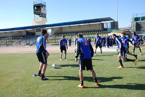 Trainingsauftakt im Stadion von El Gouna mit einem 5 gegen 2 (Bild: Daniel Wyrsch/Neue LZ)