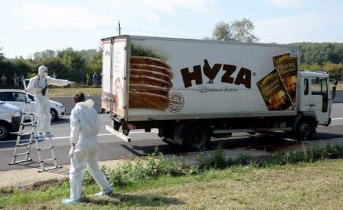 27. August: Das Schleppergeschäft zeigt sich von seiner unmenschlichsten Seite: Am Rand der Autobahn A4 in Österreich wird ein Kühltransporter entdeckt, in dem über 70 Flüchtlinge transportiert worden sind. Sie sind alle im Frachtraum erstickt. (Bild: EPA / Roland Schlager)