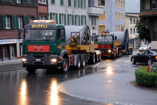3. August: Transport des Seils durch Kerns. (Bild: Adrian Venetz/Neue OZ)