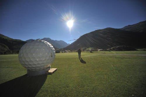 Auf dem Golfplatz stehen bereits Toiletten in Form von Golfbällen. (Bild: Urs Hanhart / Neue UZ)