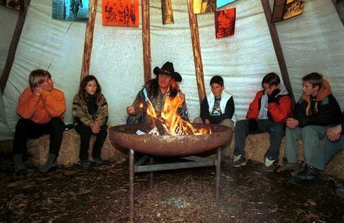 Angy Burri an einer Erzählnacht in einem Zelt. (Archivbild Neue LZ)