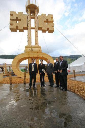 Die anwesenden Nidwaldner Regierungsräte mit dem hohen Gast aus Bern vor dem Symbol der «iheimisch», dem hölzernen Schlüssel. (Bild: André A. Niederberger / Neue NZ)