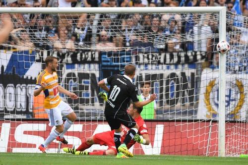 Luganos Spieler Mattia Bottani (Mitte) schiesst auf das Tor der Luzerner. Er trifft nicht. (Bild: Keystone / Gabriele Putzu)