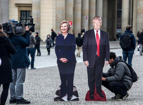 Clinton, Trump cardboards in Berlin (Bild: Keystone)