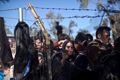 Flüchtlinge hoffen auf Einlass ins Registrierungscamp Moria. (Bild: AP/Marko Drobnjakovic)