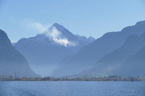 Brand am Bristenstock, aufgenommen von MS Gotthard in Flüelen um ca. 13.00 Uhr. (Bild: Leserbild / Monica Wagner)