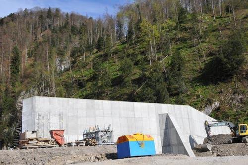 Die bis zu 12 Meter hohe Mauer, die eine Art Sperre bildet, wird noch hinterfüllt, so dass nur der oberste Teil sichtbar ist. Über den Teil rechts der Mauer wird über die Mauer die Erschliessungsstrasse für den Geschiebesammler geführt, damit das anfallende Geschiebe und Holz bei Bedarf abtransportiert werden kann. Das Wasser fliesst künftig links der Mauer direkt Richtung Sarnersee weg. (Bild: Robert Hess / Neue OZ)
