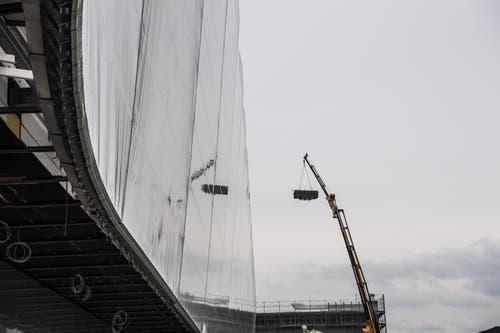 Ein Pneukran hievt ein Materialpaket vom Dach. (Bild: Nadia Schärli/LZ)