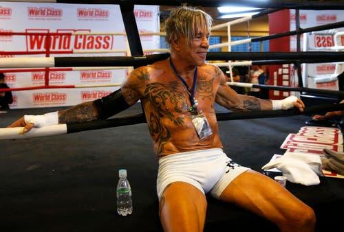 US-Schauspieler und Boxer Mickey Rourke (62) macht mal Pause während eines Trainings im November in Moskau. (Bild: Keystone)