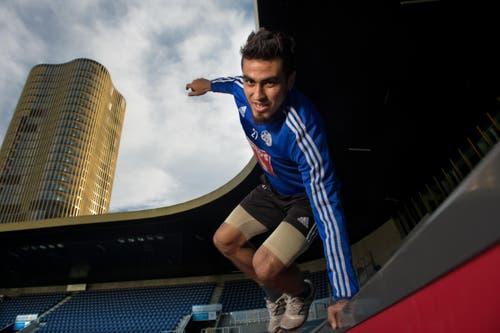 Dario Lezcano springt symbolisch von der Tribüne zurück aufs Spielfeld. (Bild: Nadia Schärli / Neue LZ)