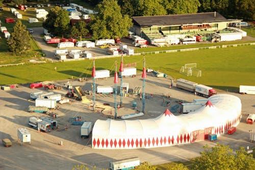 6.45 Uhr: Der Zeltaufbau beginnt. (Bild: René Meier / Luzernerzeitung.ch)