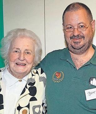 Mit bald 90 Jahren war Judith Kühn-Baggenstos die älteste Jasserin. Hier mit dem Wettkampfleiter Beat Kornfellner (31. Oktober). (Bild: Ernst Immoos / Bote der Urschweiz)