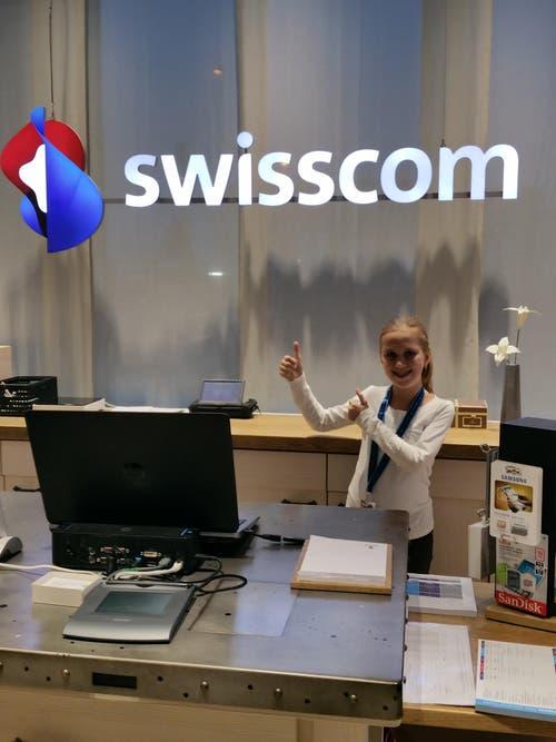 Lorena Abegg gibt im Swisscom Shop im Pilatus Markt in Kriens Vollgas. (Bild: Adrian Abegg)