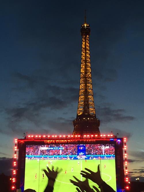 Spass und Emotionen im Public Viewing im Paris. (Bild: Nicole Thomet)