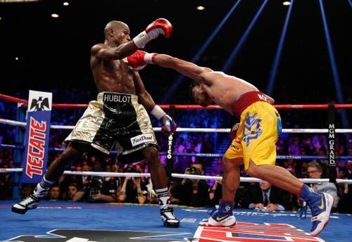 Floyd Mayweather (links) schlägt Manny Pacquiao nach Punkten. (Bild: AP / John Locher)