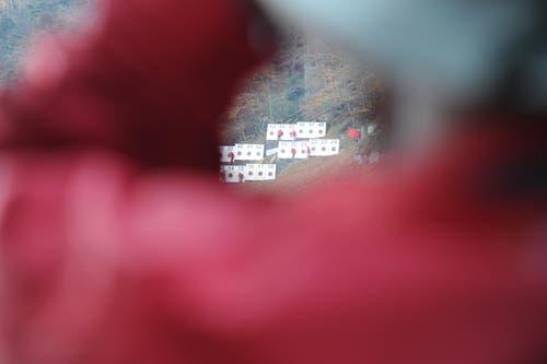 Durchs Armloch gekuckt: Ein Schütze beobachtet die Helfer an den Zielscheiben. (Bild: Urs Hanhart (Neue UZ))
