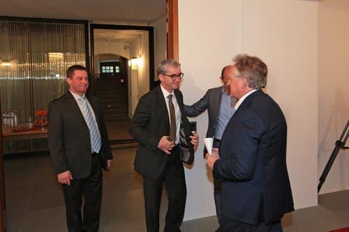 Der Wahlverlierer André Windlin, links, neben dem Sieger Erich Ettlin und Bruno von Rotz,Co-Präsident der CVP Obwalden, rechts. (Bild: Roger Zbinden / Neue LZ)