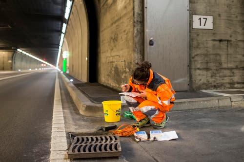 Diese Arbeiterin nimmt eine Wassermessung vor. (Bild: Keystone / Alexandra Wey)