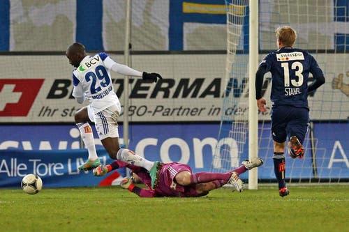 Luzerns David Zibung kämpft am Boden gegen Lausannes Matt Devlin Moussilou. (Bild: Philipp Schmidli / Neue LZ)