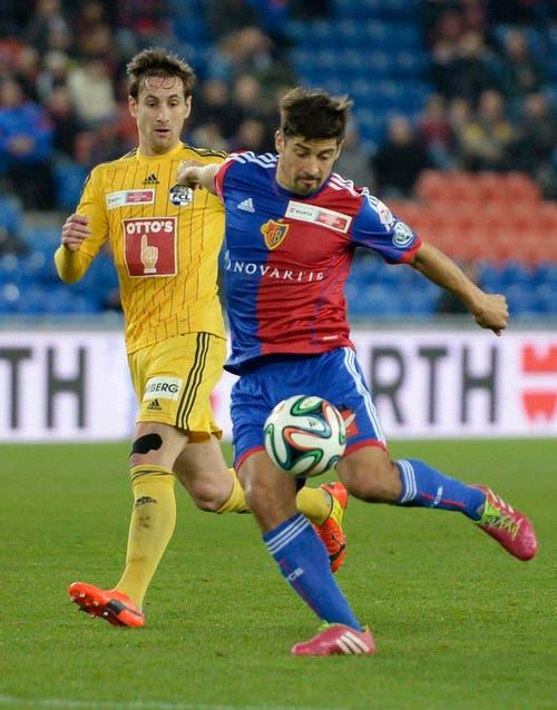 Basel Spieler Davide Calla, rechts, im Spiel gegen den Luzerner Jérôme Thiesson (Bild: Keystone)