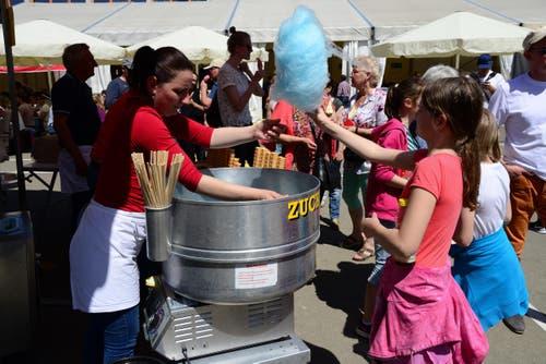 Glace und Zuckerwatte versüssen das Fest. (Bild: Robert Hess / Neue OZ)
