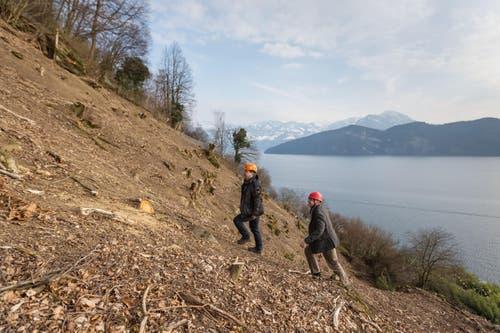 Bauingenieur Alois Käslin (links) und der Weggiser Gemeindeammann Baptist Lottenbach betrachten die Arbeiten gegen Steinschläge und Hochwasser. (Bild: Philipp Schmidli)
