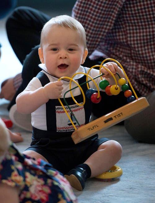 Der junge britische Prinz George beim Spielen während eines Besuchs in Neuseeland im April. (Bild: Keystone)