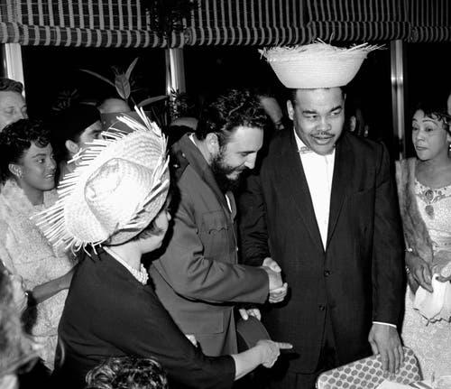 1960: Fidel Castro (3. von rechts) während einer Willkommenszeremonie mit US-Boxer Joe Louis. (Bild: Anonymous)