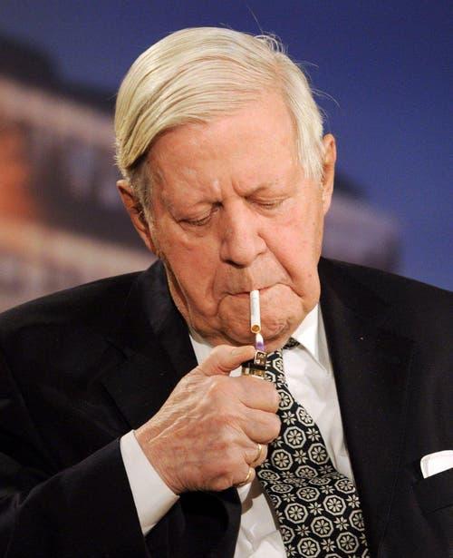 """Er ist vermutlich der einzige, der das durfte: Helmut Schmidt rauchte auch während der TV-Sendung """"Menschen bei Maischberger"""" am 14. Oktober 2010. (Bild: Keystone)"""