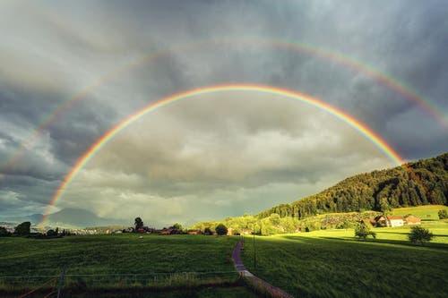 Wunderbarer, voller und doppelter Regenbogen erschien über Luzern. (Bild: Leserbild: Davide Seddio)