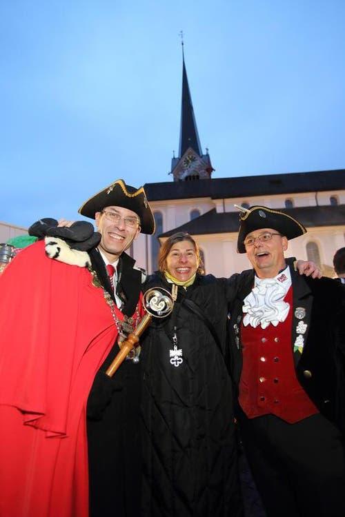Frohsinnvater Stefan Bösch I mit seiner Frau Priska und Zeremonienmesiter Marlon Imobersteg (Bild: André A. Niederberger / Neue NZ)