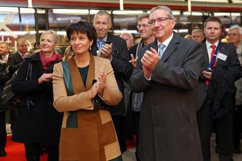 Bundesrätin Doris Leuthard und Regierungsrat Robert Küng applaudieren in der unterirdischen ZB Haltestation Messe Allmend Luzern. (Bild: Philipp Schmidli/Neue LZ)