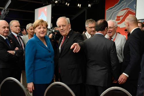 Johann Schneider- Ammann präsentiert sich mit der deutschen Kanzlerin Angela Merkel. (Bild: Nadia Schärli)