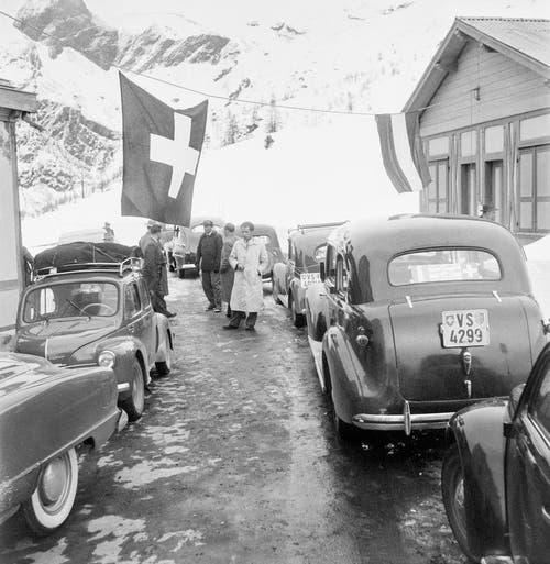 Verkehr auf der Simplonpassstrasse nach den Schneeräumungsarbeiten im April 1950. (Bild: Keystone)