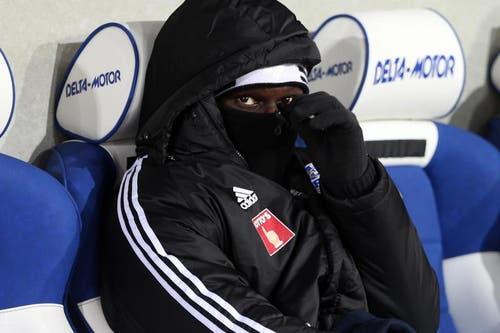 Luzerns Sally Sarr schützt sich gegen die Kälte. (Bild: Philipp Schidli / Neue LZ)