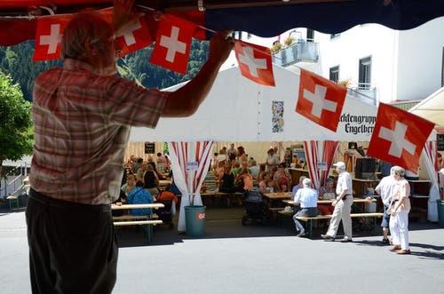 Während die Einen noch die letzte Dekoration anbringen, haben andere bereits Hochbetrieb in der Festwirtschaft. Gesehen in Engelberg. (Bild: Roger Zbinden / Neue OZ)