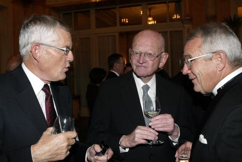 Die alt Bundesräte Kaspar Villiger, Alphons Egli und Arnold Koller (von links) am Empfang des Luzerner Stadtrates anlässlich de Lucerne Festivals im «Schweizerhof». Aufgenommen im Jahr 2006. (Bild: Archiv Neue LZ)