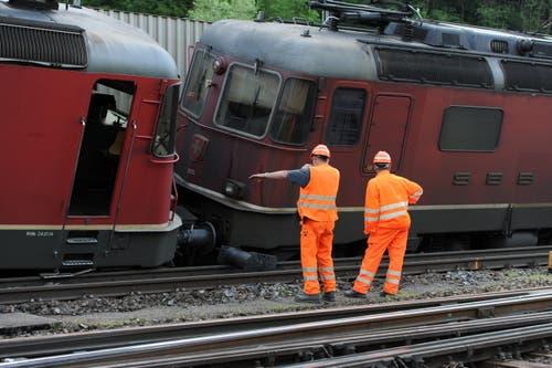 Bei der Kollision entgleisten die zwei Lokomotiven des SBB-Zuges. (Bild: Urs Hanhart (Neue UZ))